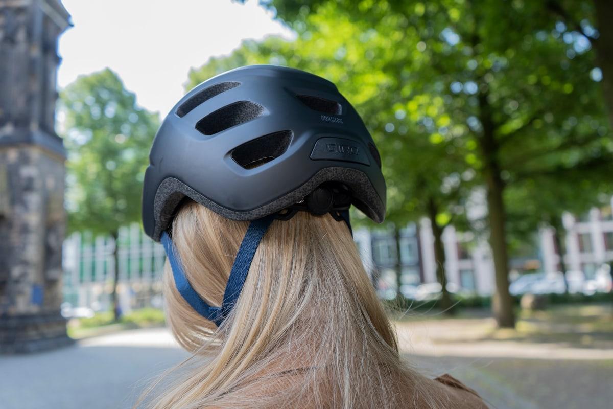 Giro-Helm auf Frauenkopf von hinten