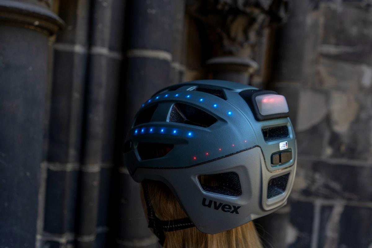 Frau trägt Uvex-Helm mit Beleuchtung von hinten
