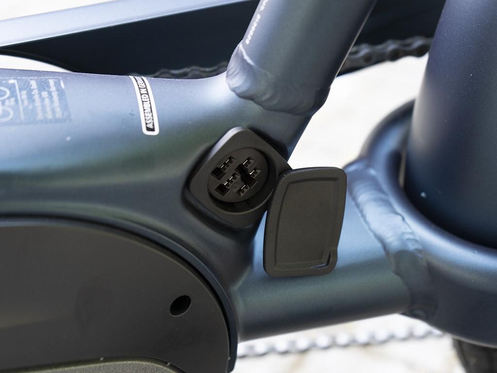 Detailaufnahme Stecker für Ladekabel am Rahmen