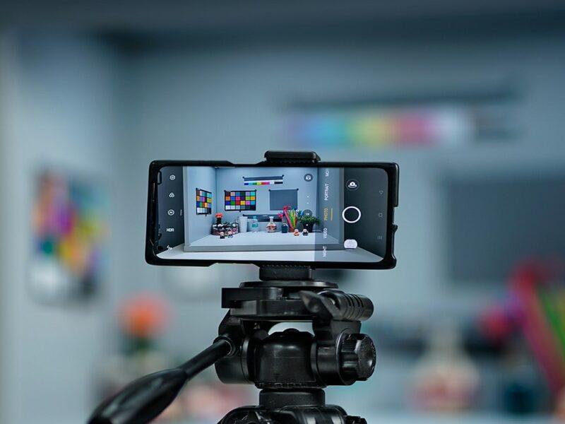 Ein Smartphone auf einem Kamerastativ.