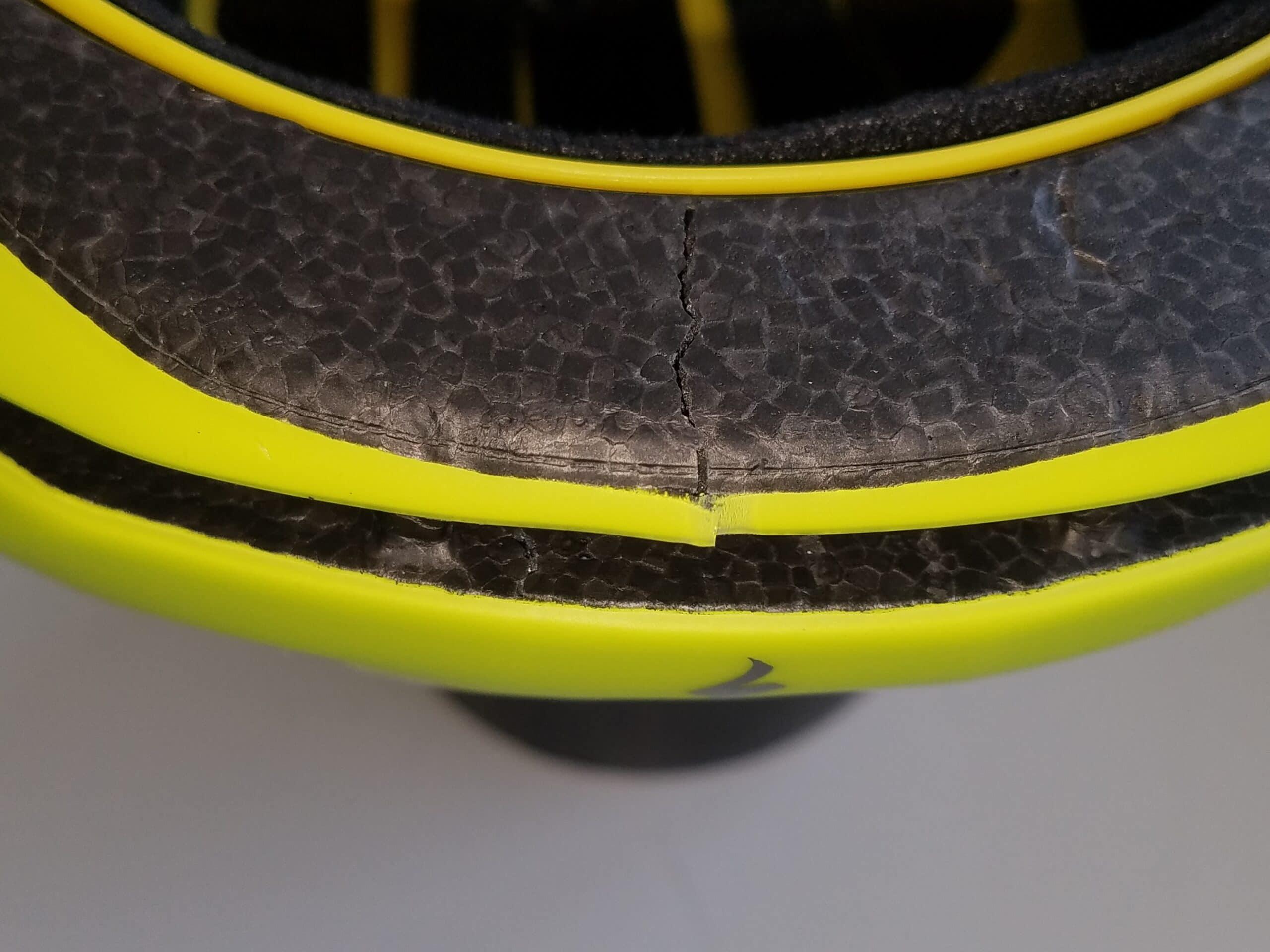 Detailaufnahme von Specialized-Helm zeigt Riss