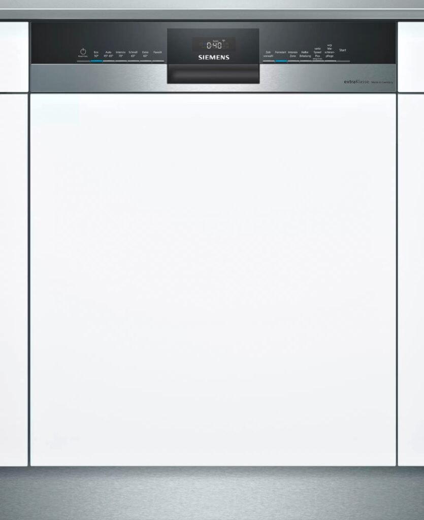 Geschirrspülmaschine in Silber-Weiß von Siemens auf weißem Hintergrund