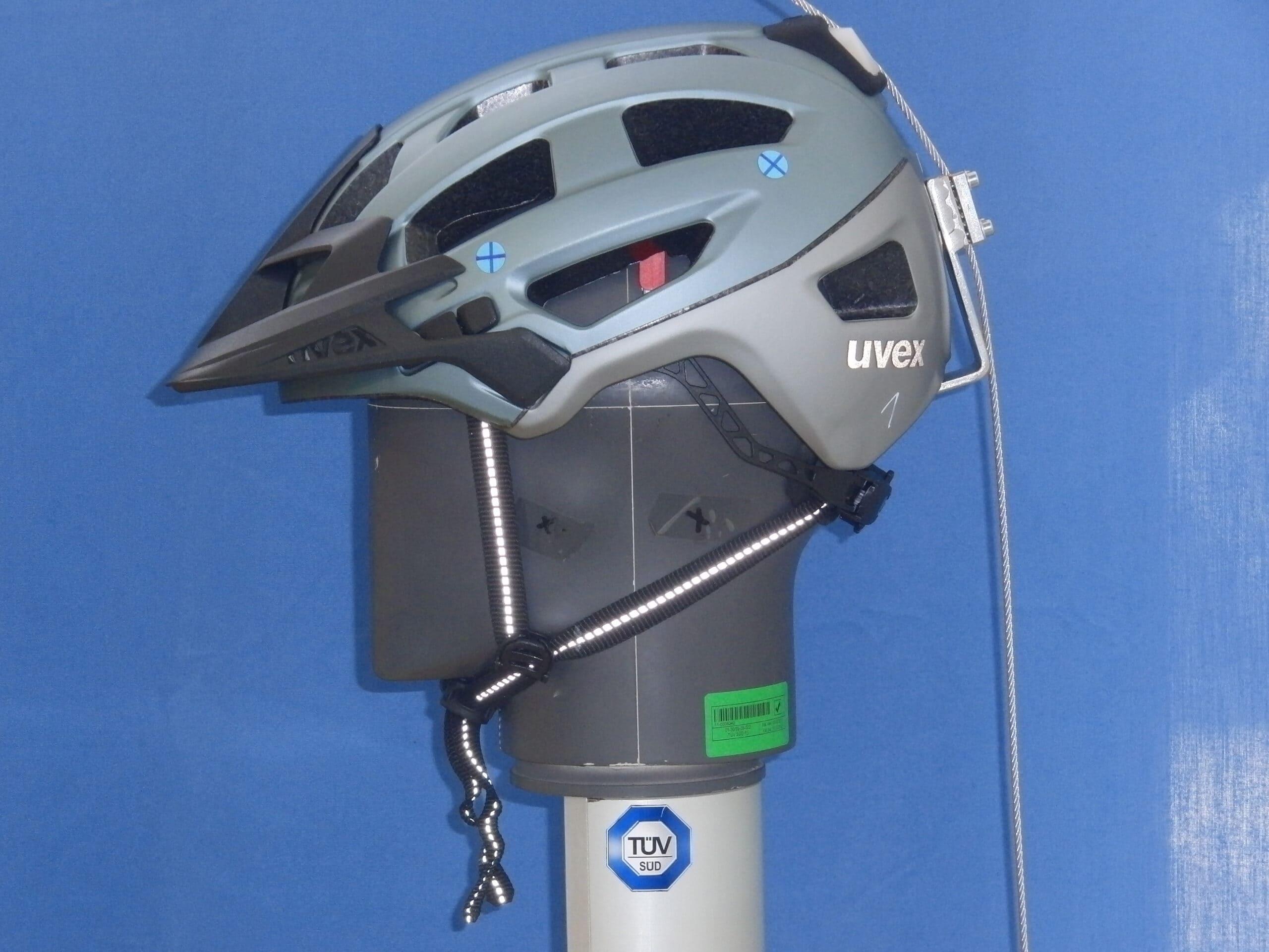 Uvex-Helm seitlich auf Dummy-Kopf mit eingehaktem Seil