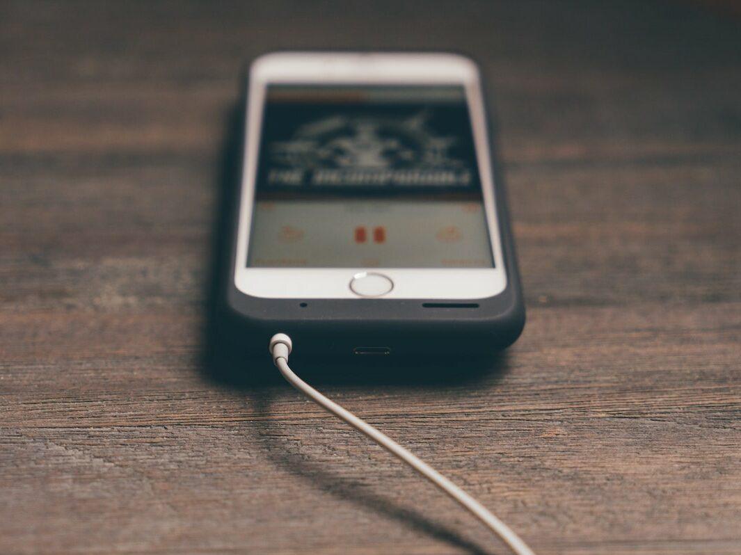 Ein iPhone an einem Ladekabel.