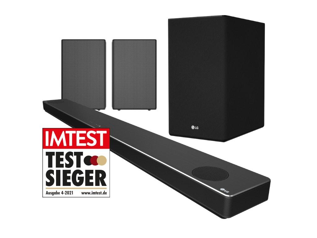 LG Soundbar in schwarz schräg von vorne mit zwei Lautsprechern und einer Bassbox dahinter auf weißem Hintergrund mit Testsieger-Siegel von IMTEST
