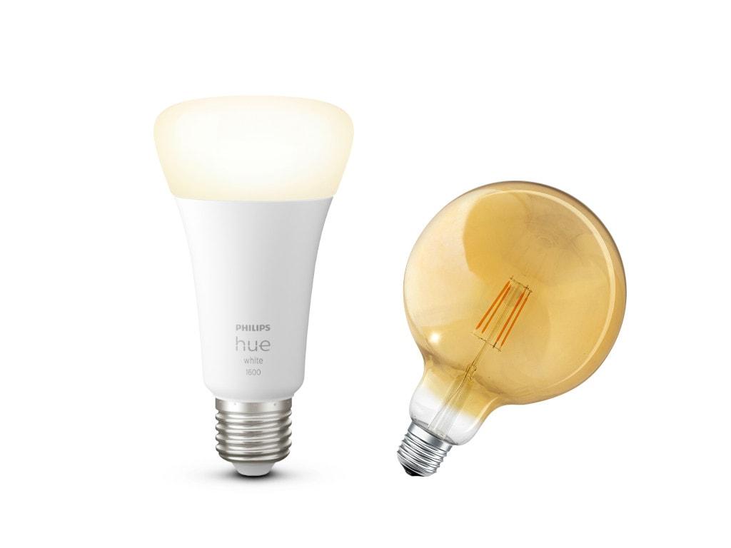 Philips Hue-Leuchtmittel neben Ledvance-Leuchtmittel auf weißem Hintergrund