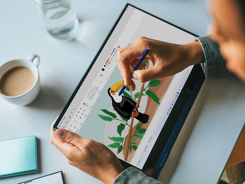 Auf einem Windows-Tablet läuft die Paint App.