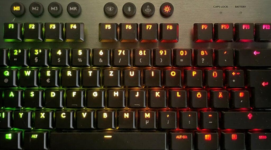 Bunt leuchtende Tasten auf schwarzer Tastatur