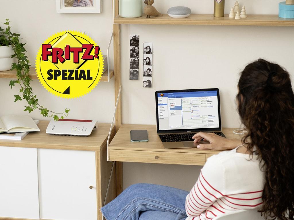 Eine Frau sitzt an einem Laptop.