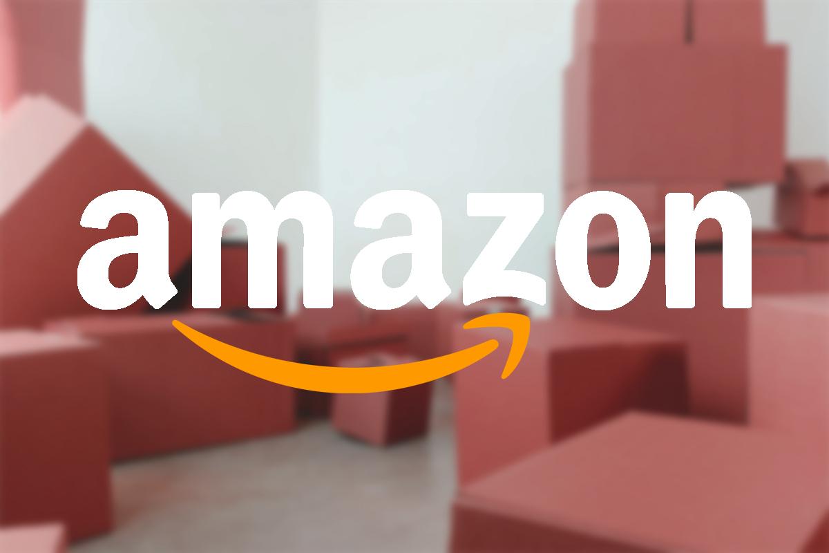 Amazon-Logo vor Paketen