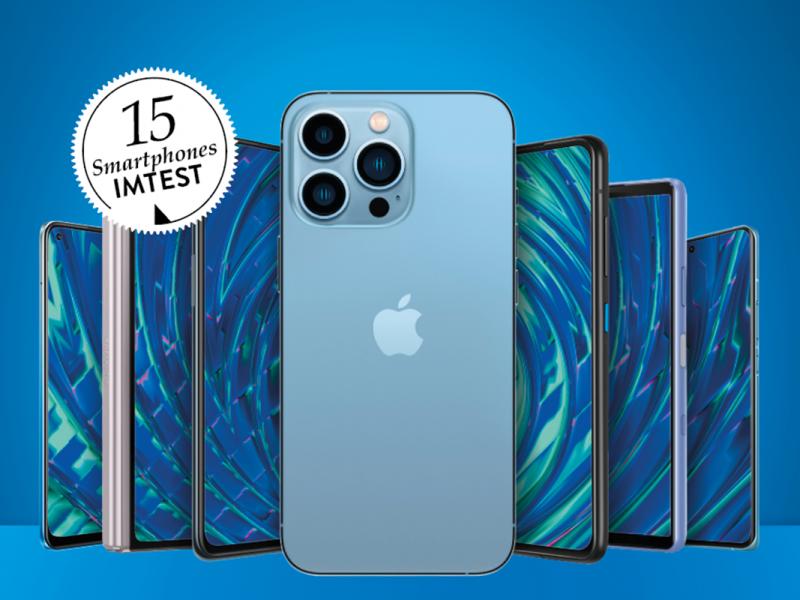 Vorne blaues iPhone, andere Smartphones dahinter aufgestellt mit blauen Bildschirmen, blauer Hintergrund