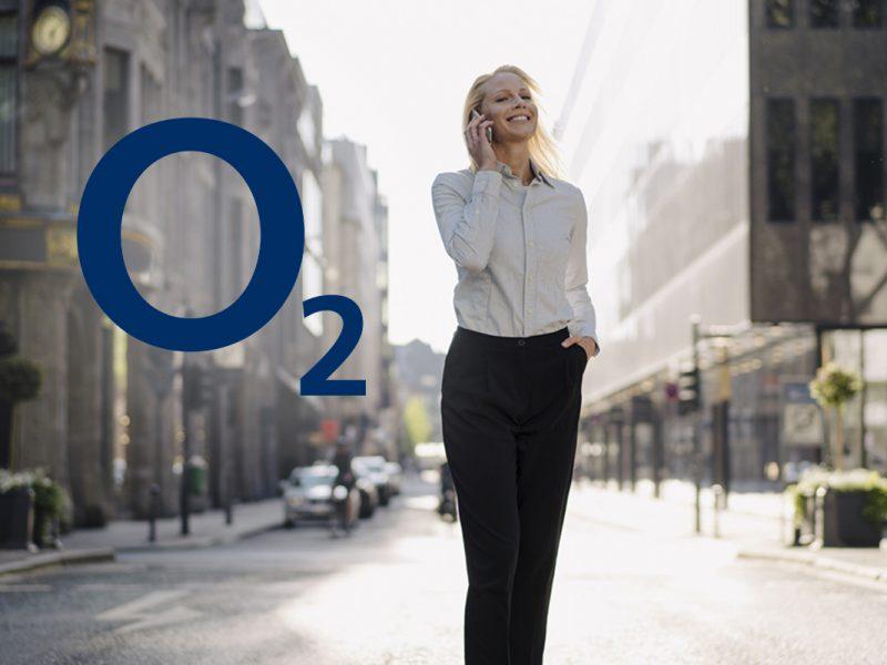 Business Frau telefonierend auf offener, heller Straße, daneben das Logo von o2