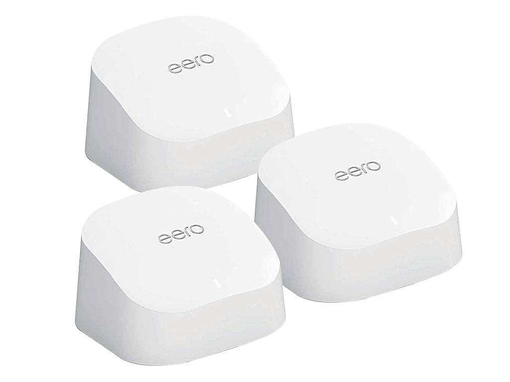 Drei rechteckige weiße Geräte von eero zu Dreieck angeordnet auf weißem Hintergrund