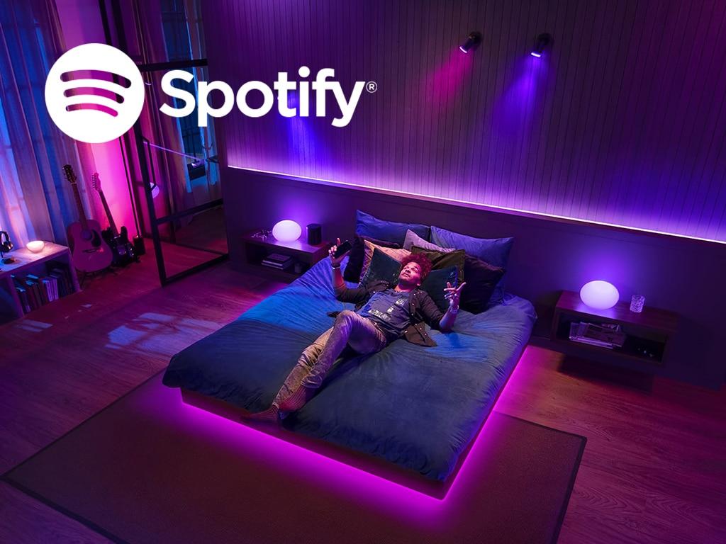 Ein Mann liegt auf einem Bett