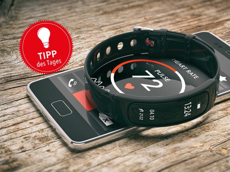 Ein Fitness-Tracker liegt auf einem Smartphone