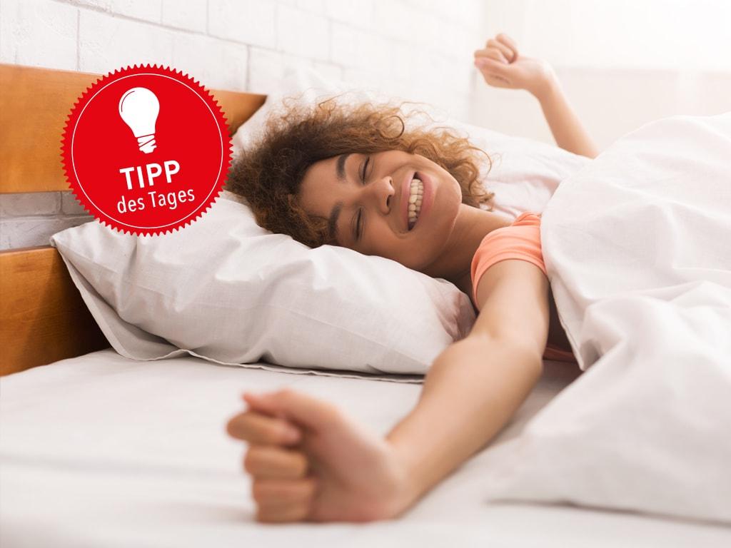 Eine Frau liegt in einem Bett