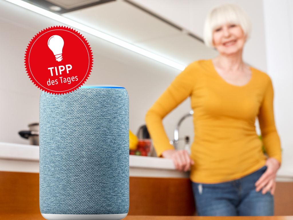 Echo-Laustprecher für Alexa-Sprachsteuerung neben Frau