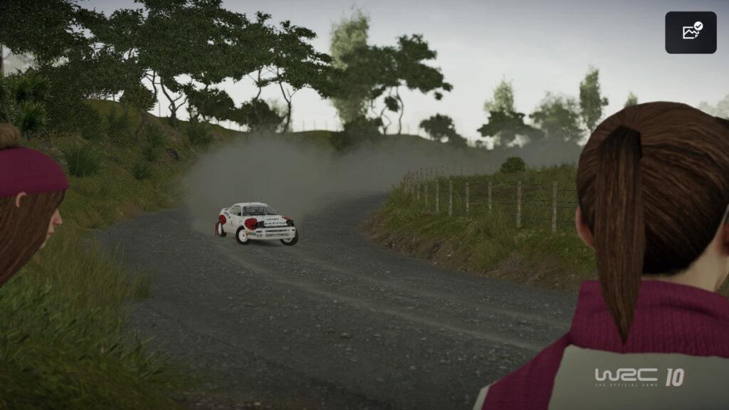 Screenshot zeigt asphaltierte Straße mit Auto in der Ferne, rechts den Kopf einer Figur von hinten