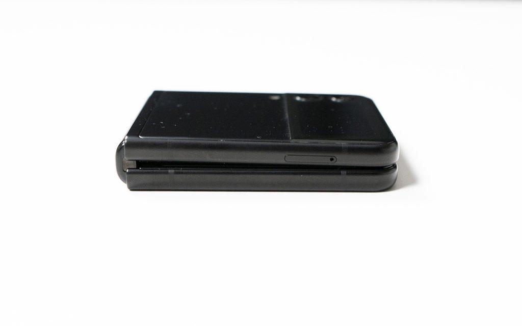 Samsung Galaxy Z Flip3 zusammengeklappt seitlich betrachtet