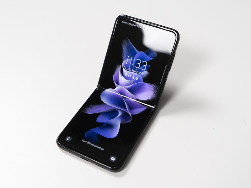 Samsung Galaxy Z Flip3 halb geöffnet