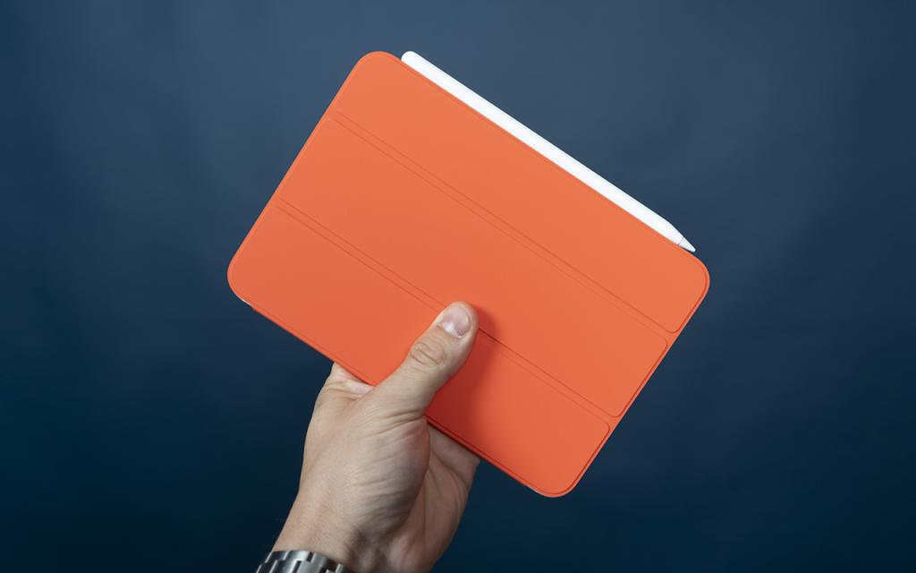 iPad mini 2021 im orangen Smart Cover