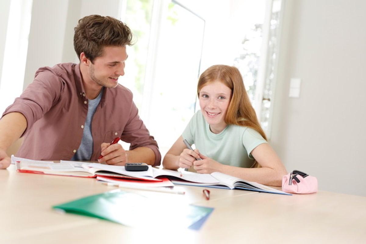 Ein Mann und ein Kind beim Lernen.