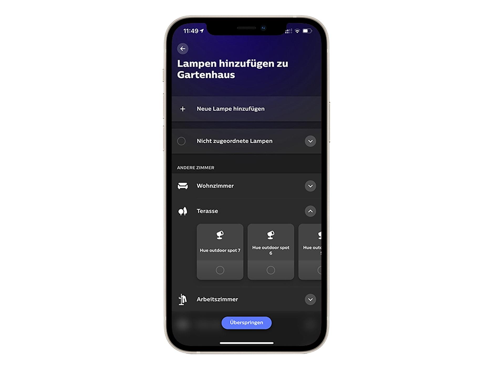 Smartphone mit Bildschirm, der die App-Einstellungen zeigt, um Leuchten dem System hinzuzufügen