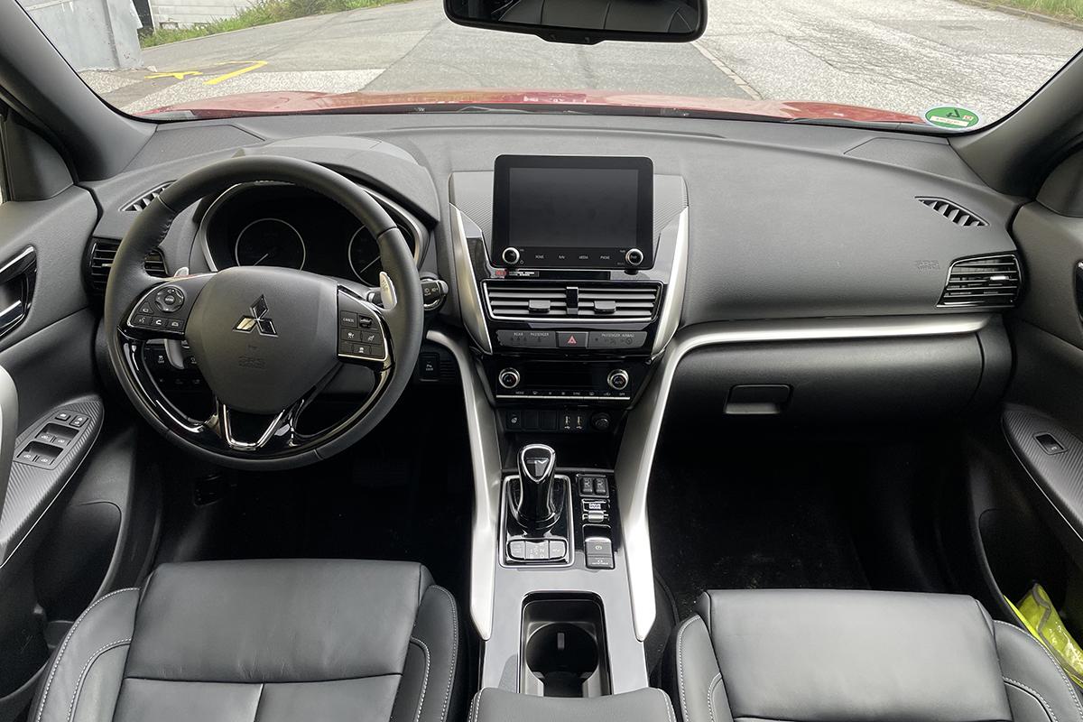 Blick von Rückbank ins graue Cockpit des Autos