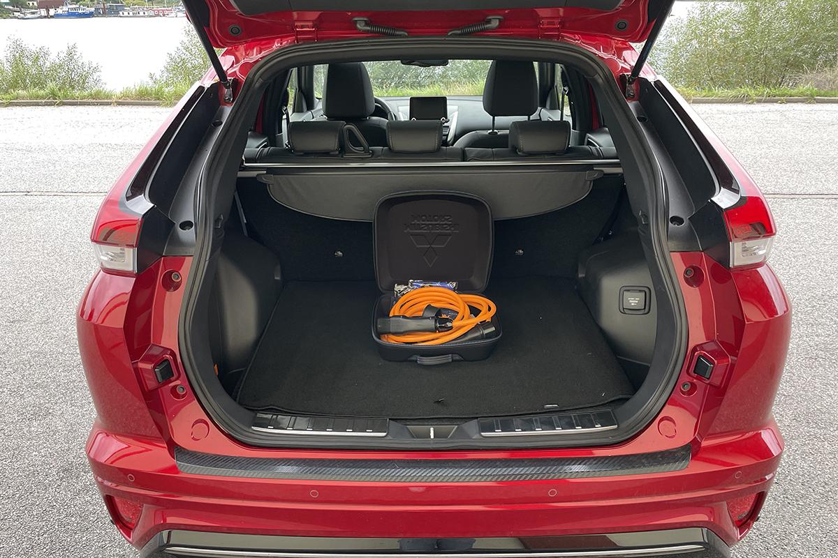 Rotes Auto von hinten mit geöffnetem Kofferraum