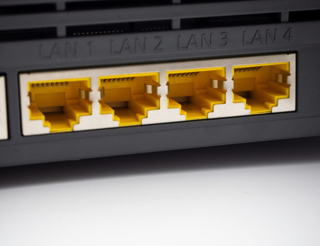 Detailaufnahme von schwarzer Box mit vier gelben LAN-Ports