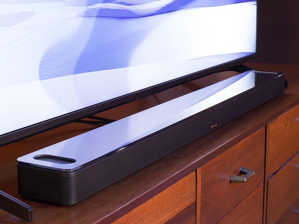 Soundbar liegend vor TV-Gerät