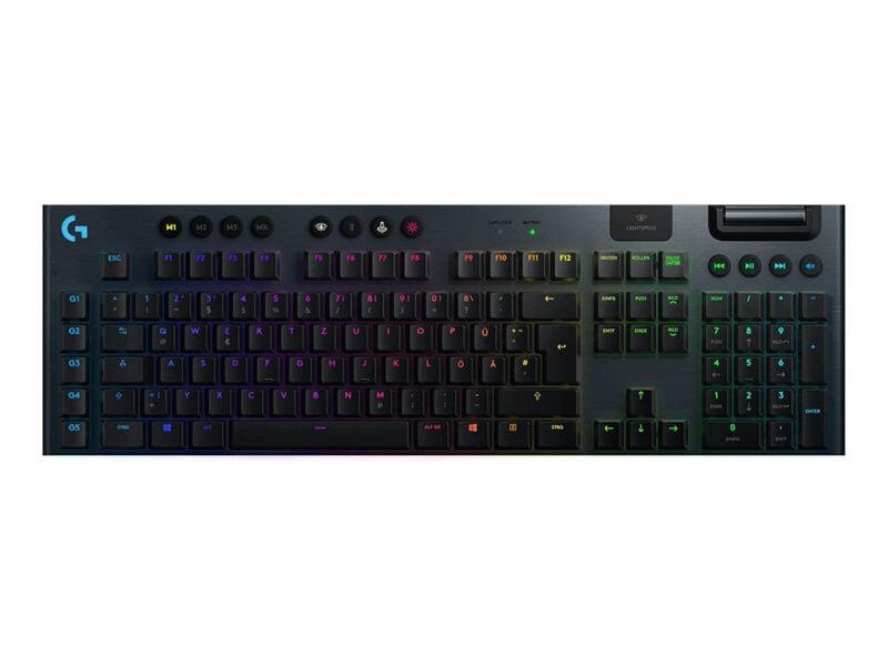 Schwarze Tastatur mit leicht bunt beleuchteten Farben von oben auf weißem Hintergrund
