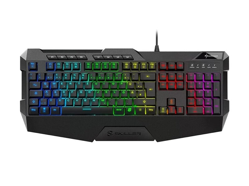 Draufsicht auf schwarze große Tastatur mit Ecken und bunt leuchtenden Tasten auf weißem Hintergrund