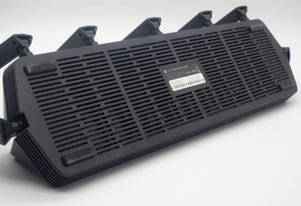 Schwarze längliche Box schräg von vorne auf grauem Boden