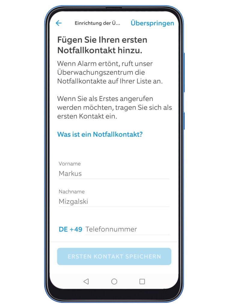 Smartphone zeigt auf Bildschirm App mit Funktion Notfallkontakt anzugeben