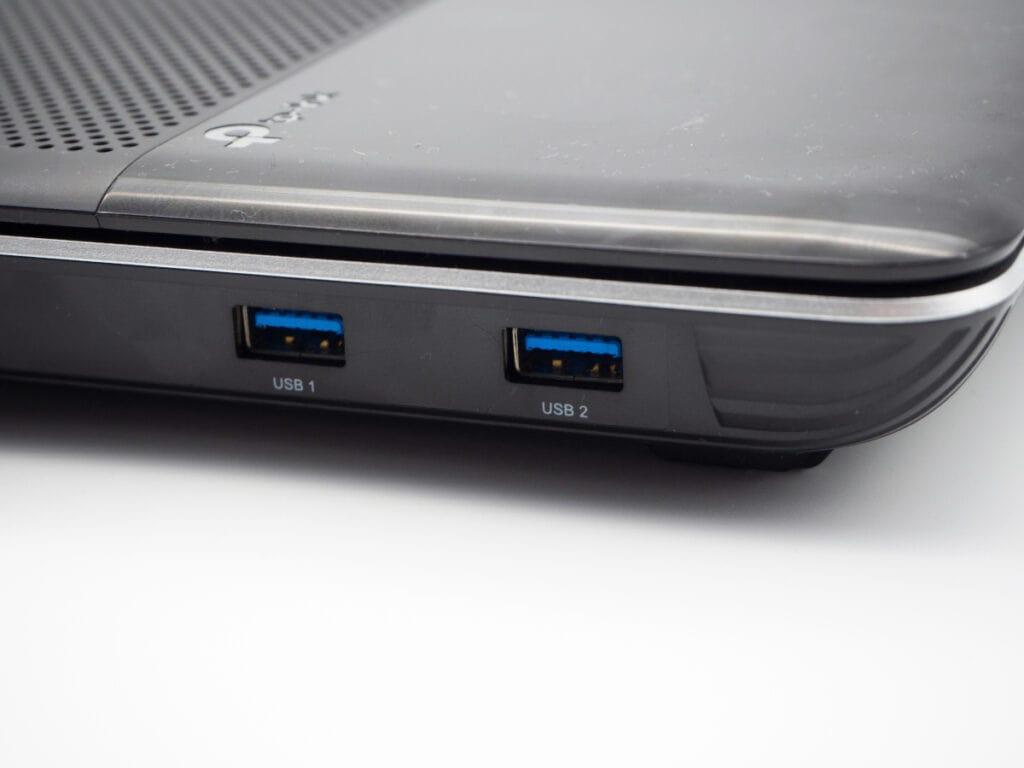 Detailaufnahme grauer Router mit zwei USB-Anschlüssen
