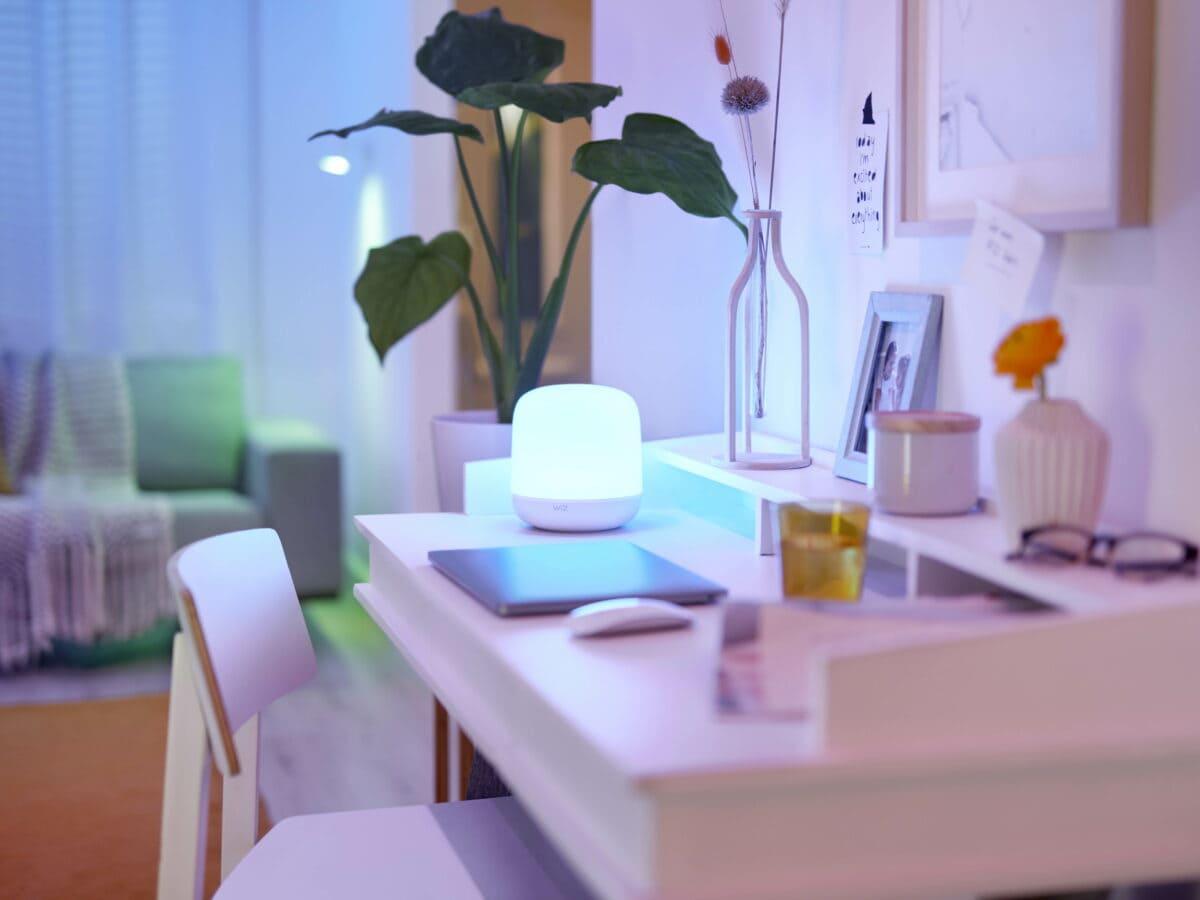 WiZ Lampe auf Schreibstisch.