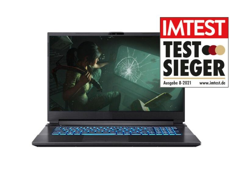 Schwarzer Gaming-Laptop aufgeklappt von vorne mit Bild aus Spiel auf weißem Hintergrund und mit IMTEST-Testsieger-Siegel
