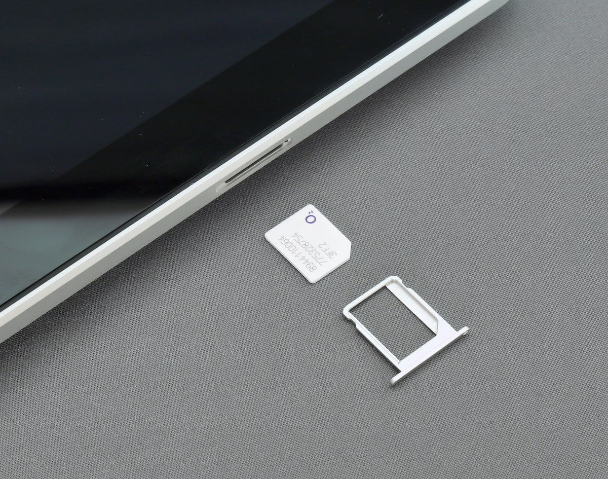 Eine Sim-Karte liegt neben einem Smartphone