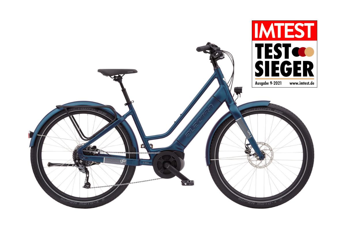 Dunkel blaues Fahrrad von der Seite auf weißem Hintergrund mit IMTEST-Testsieger-Siegel