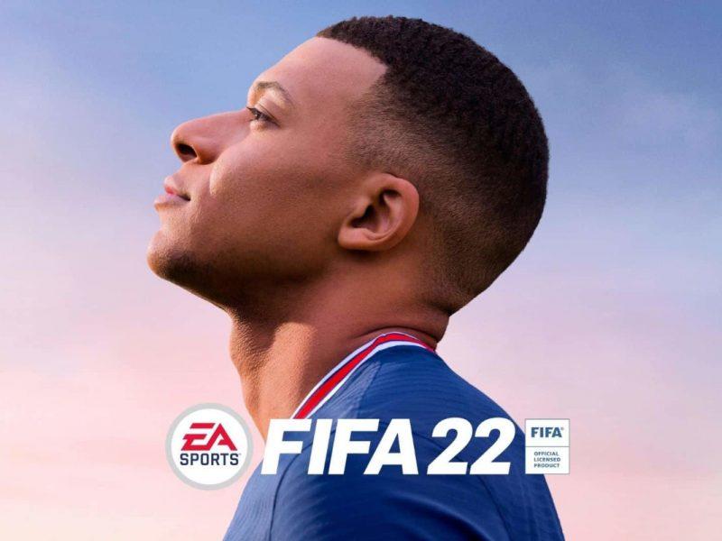 Spiel mit Spieler von der Seite, der nach oben schaut in blauem Trikot vor Himmel mit Sonnenuntergang und Fifa Schriftzug