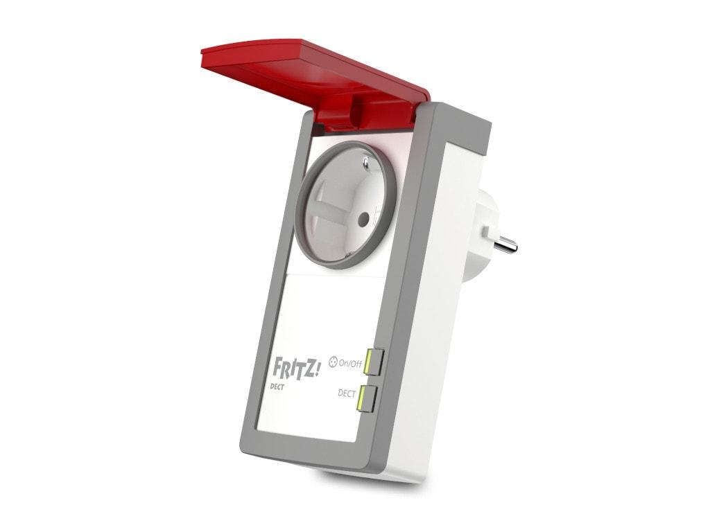 Längliche weiß graue Steckdose mit rotem aufgeklappten Schutz auf weißem Hintergrund