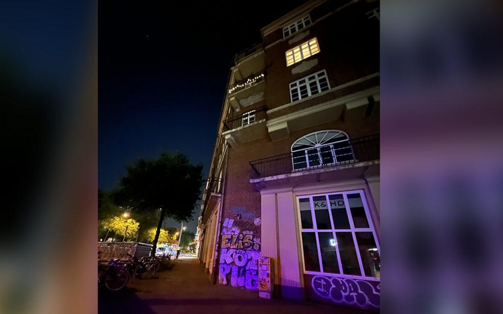 Beleuchtete Straße bei Nacht