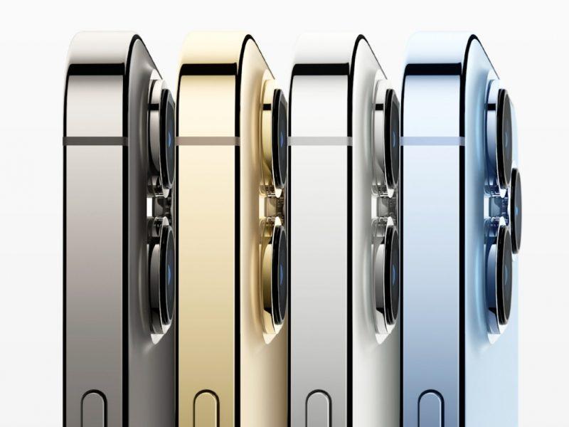 Vier Smartphones aufgereiht von der Seite in schwarz, gold, silber und blau auf weißem Hintergrund