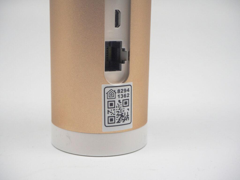Detailaufnahme beiges Gerät mit LAN-Port und QR Code auf weißem Boden