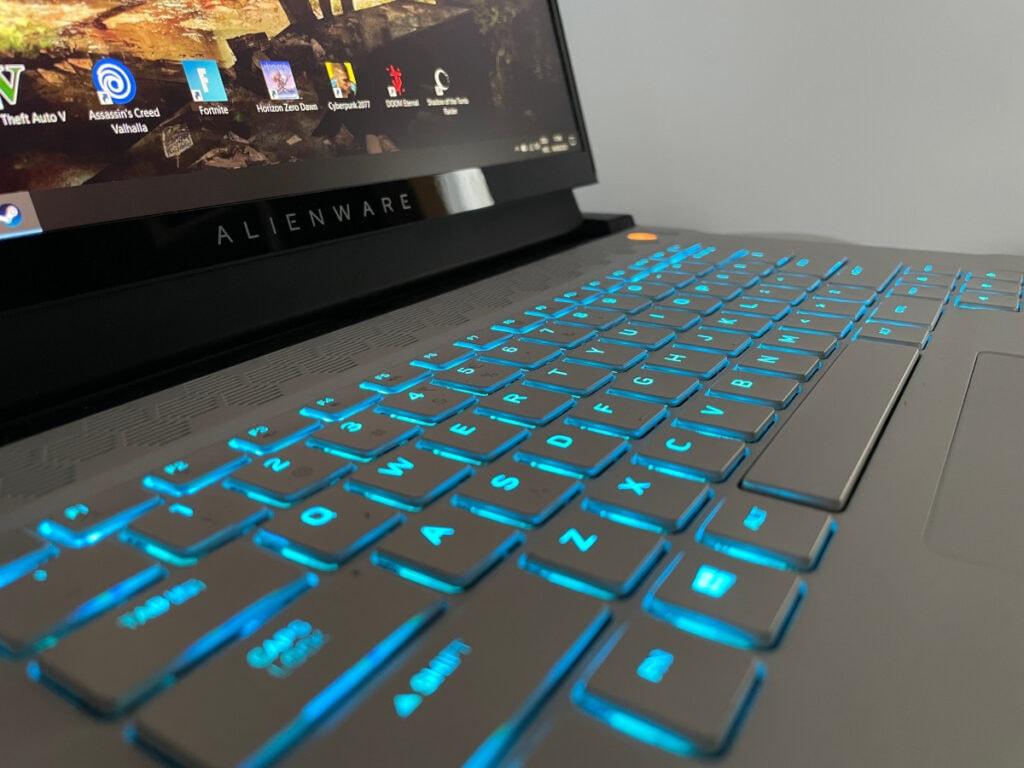Detail türkis leuchtende Tastatur von grauem Notebook
