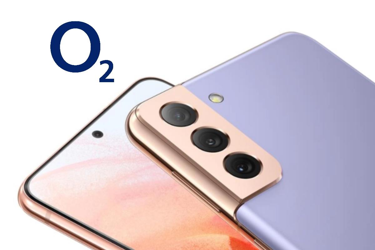 Handy liegt auf Tablet auf weißem Grund mit o2 Logo