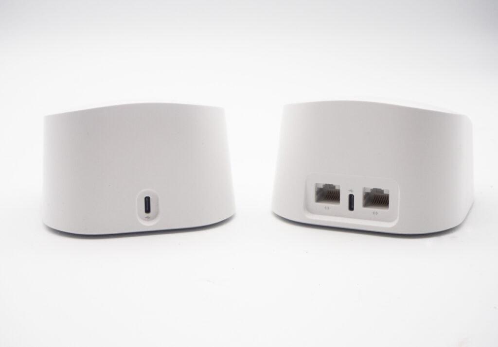 Zwei rechteckige, weiße eero Geräte nebeneinander von hinten, eines mit Ports auf weißem Hintergrund