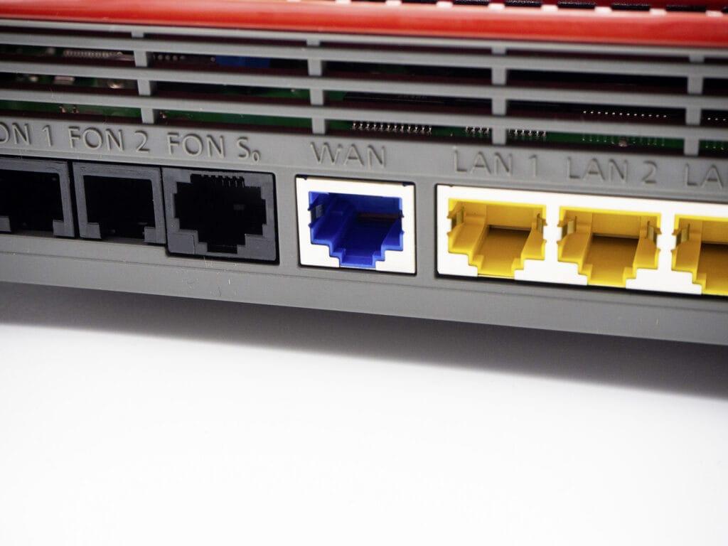 Detailaufnahme Rückseite Router mit verschiedenen Anschlüssen