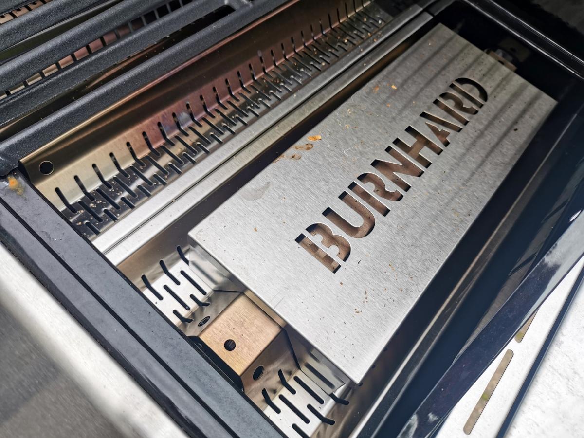 Detail Grill mit aufgelegter Box mit Burnhard Branding